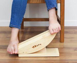 心地良いペースで、一定のリズムで左右の足を上下に動かします。
